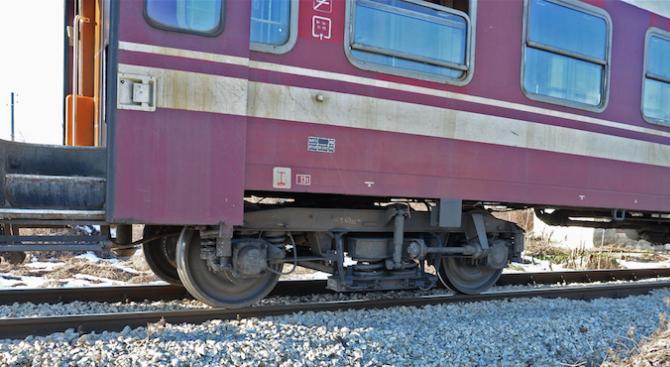Влак блъсна мъж в Поповица
