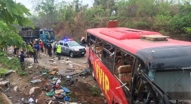 Най-малко 60 души загинаха при автобусна катастрофа в Гана