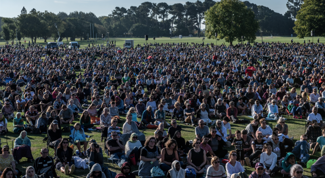 Хиляди хора се събраха на бдение в памет на убитите в новозеландския град Крайстчърч