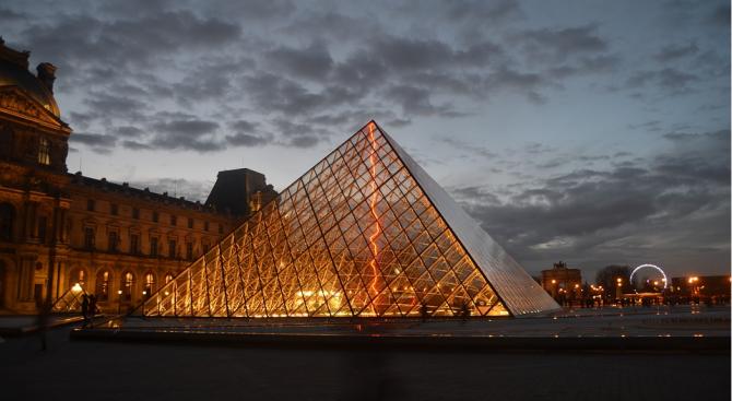 Стъклената пирамида на Лувъра става сцена на интерактивно шоу