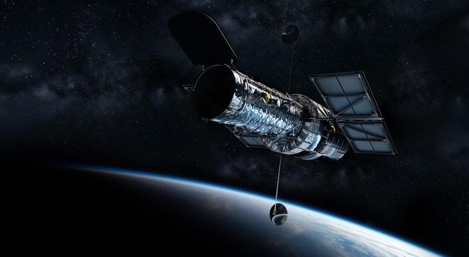 """""""Хъбъл"""" засне рядък самоунищожаващ се астероид"""
