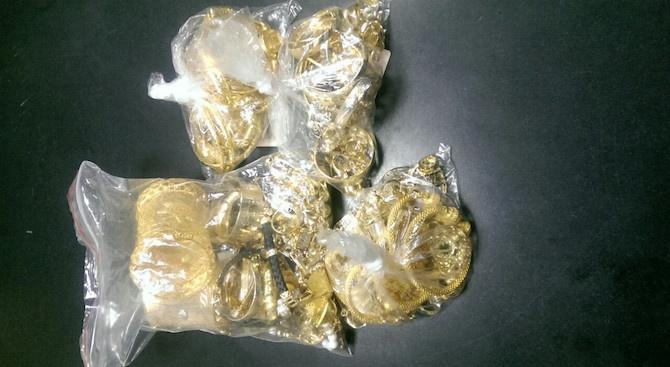 На Дунав мост задържаха 4 жени с общо 1,5 кг златни накити, скрити в дамските им чанти