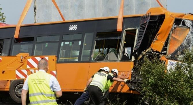 Автобус помете микробус и светофар пред хотел в Пловдив