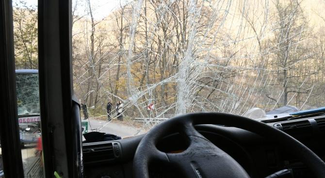 Кола се заби в автобус в Пловдив