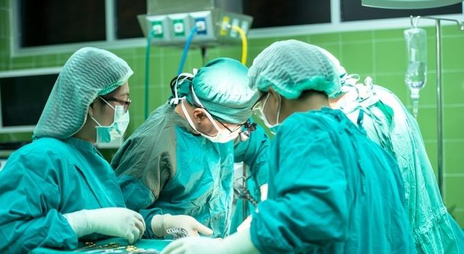 """Лекари от """"Пирогов"""" спасиха дете с много рядка аномалия"""
