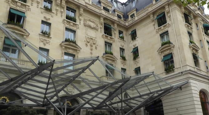 Бижута и дрехи за над 350 000 евро бяха откраднати от парижки хотел