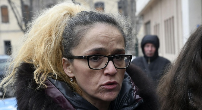 Експертиза ще покаже дали друг е писал в тефтерчето на Иванчева