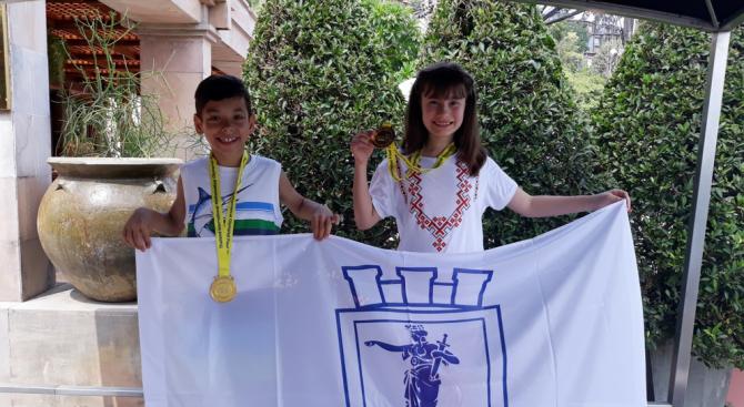 Ученици се завърнаха с 2 златни медала от олимпиада по математика в Тайланд