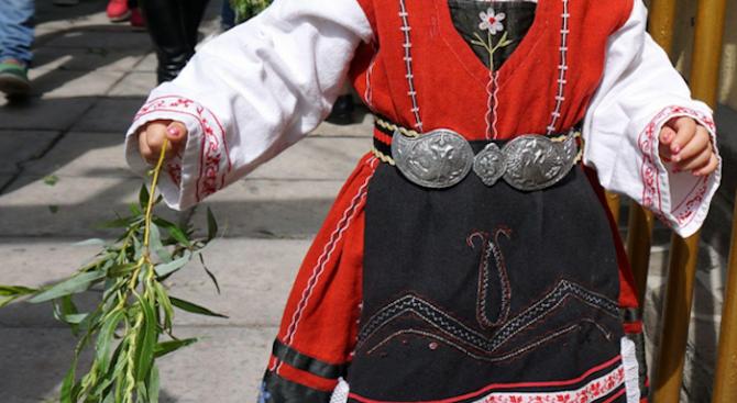 Деца пресъздават лазарски обичаи в Добрич за Цветница