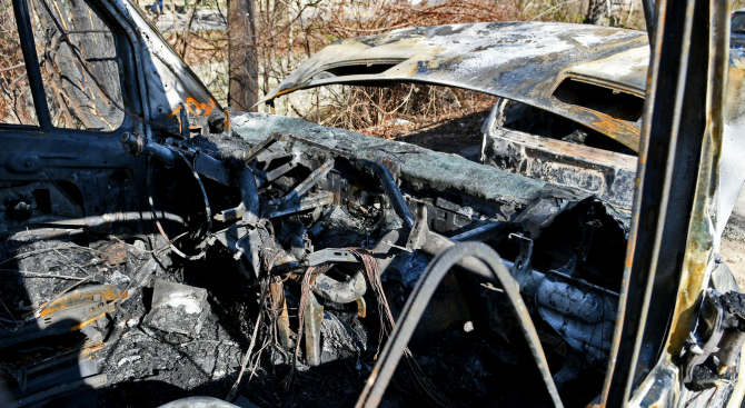 Товарен автомобил и мотоциклет изгоряха при пожар в благоевградско село