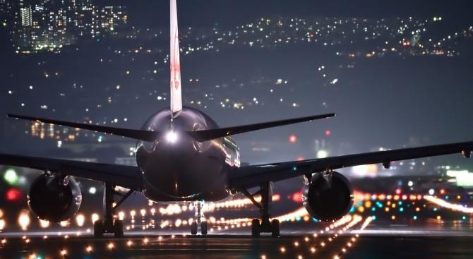 Възрастна жена хвърли монети в двигателя на самолет преди полет за късмет