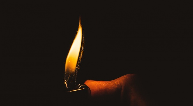 Мъж неволно се самозапали, докато мажел краката си с ракия