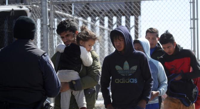Близо 1000 кубински мигрантипристигнаха на границатамежду Мексико и САЩ