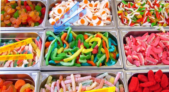 Бонбони за смет раздаваха на децата в Разград