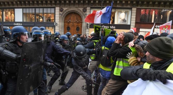 """Прокуратурата в Париж разследвапризиви на """"жълтите жилетки"""" къмполицаите да се самоубиват"""