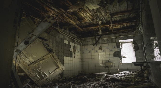 Човек е заклещен под руините на някогашен хотел, срутил се в Косово