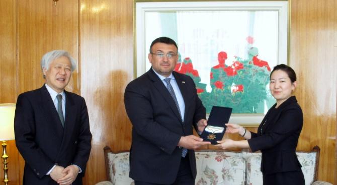Младен Маринов връчи почетен медал на МВР на Мика Таканаши, втори секретар и офицер по сигурността на Япония в София