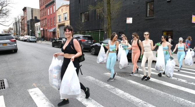 """Почитатели на бягането събират боклуци с """"плогинг"""" в цял свят"""