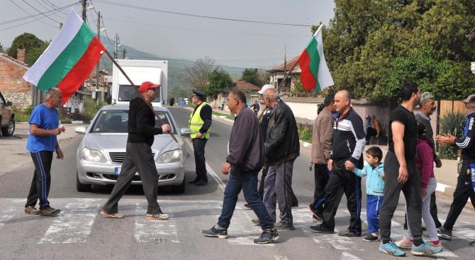 Селяни от Конуш блокираха пътя за Гърция в знак на протест