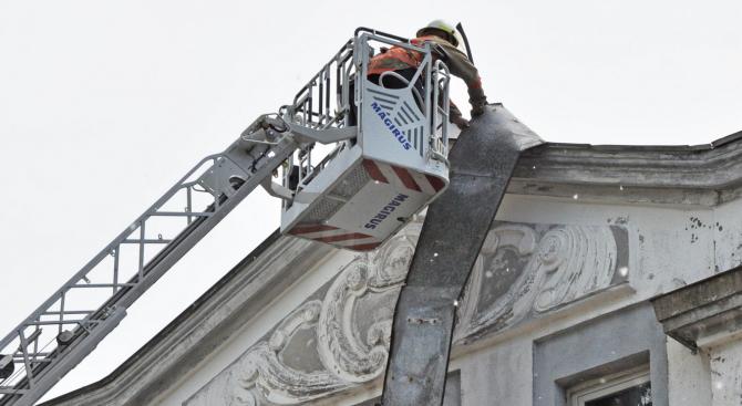 Огнеборци премахнаха висяща ламарина от покрива на хасковско училище