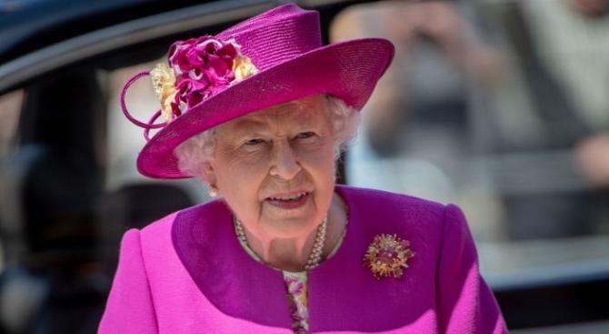 Кралица Елизабет Втора ще посети новородения си правнук днес