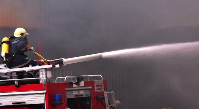 Пожар горя в мебелен магазин в Бургас