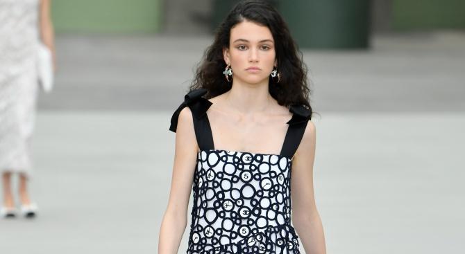 Българката Белослава Хинова отново дефилира за Шанел в Париж