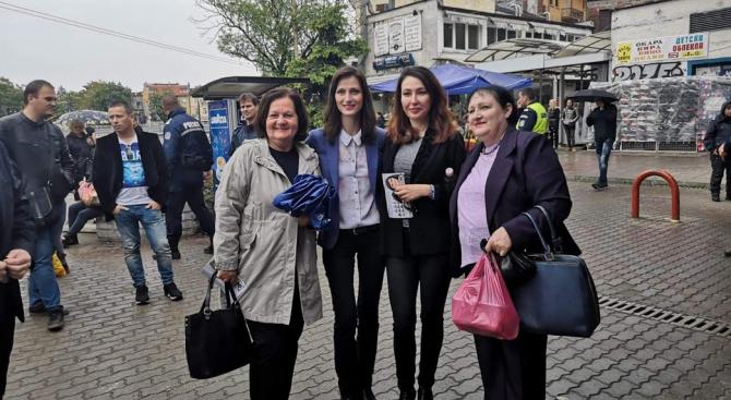 Водачът на листата на ГЕРБ и СДС Мария Габриел посети Женския пазар в София