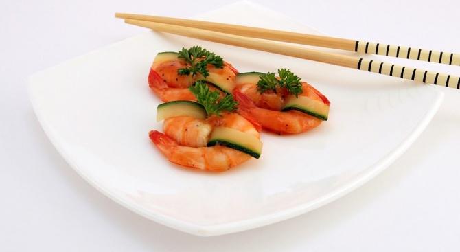 Манекенка яде с китайски клечки, за да е в перфектна форма