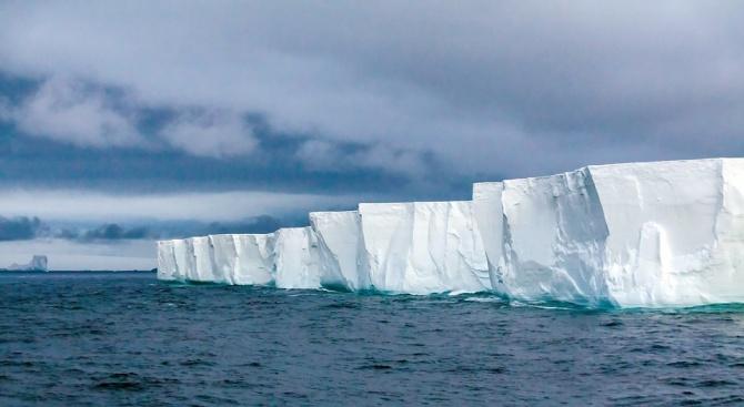 Странен лед остава замръзнал и при температура от 2000 градуса