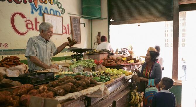 Кубинците вече ще купуват определен брой пилешко, яйца и сапун