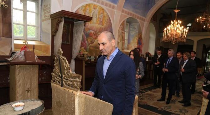 Цветанов запали свещ за здравето на българския народ в Свищов