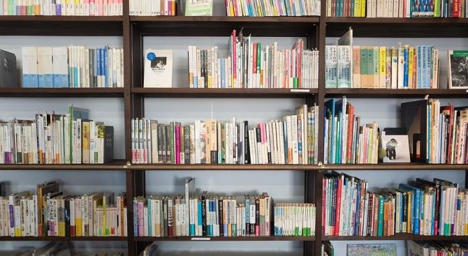 Регионалната библиотека в Кюстендил получи традиционно дарение от книги преди 24 май