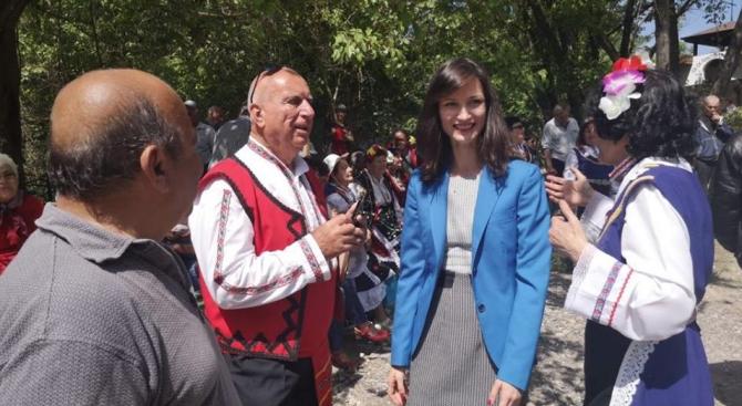 Мария Габриел и Емил Радев поздравиха жителите на Владиславово за празника на варненския район