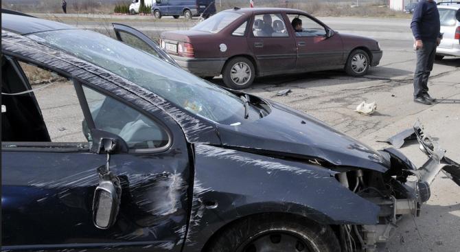 Криминално проявен е катастрофирал с откраднат автомобил
