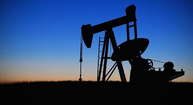 Петролът поевтинява слабо