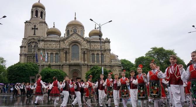 Въпреки непрекъснатият дъжд хиляди манифестираха във Варна за 24-ти май
