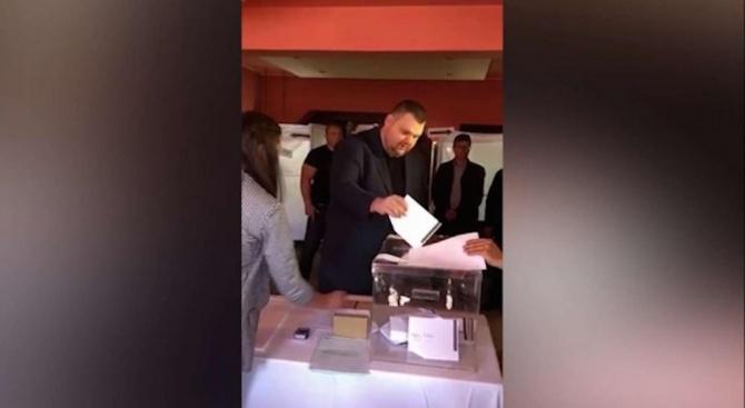 Делян Пеевски гласува в село Света Петка
