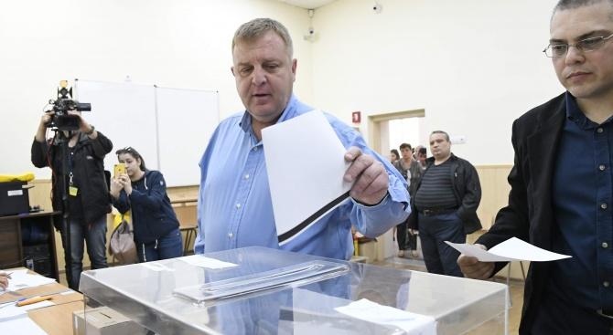 Красимир Каракачанов гласува