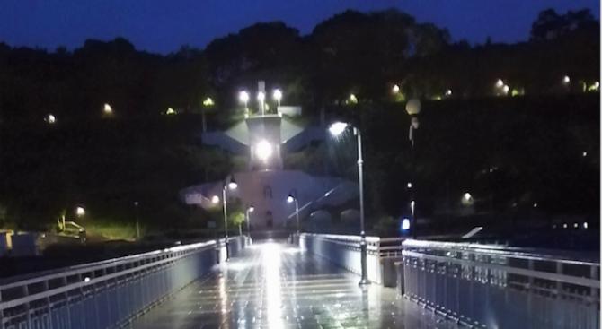 Община Бургас монтира допълнителни 12 осветителни стълба на моста на централния плаж