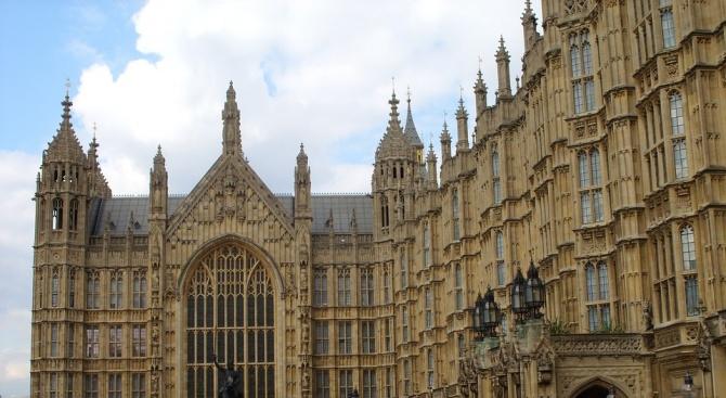 Още един британски политик влиза в състезанието за премиерския пост