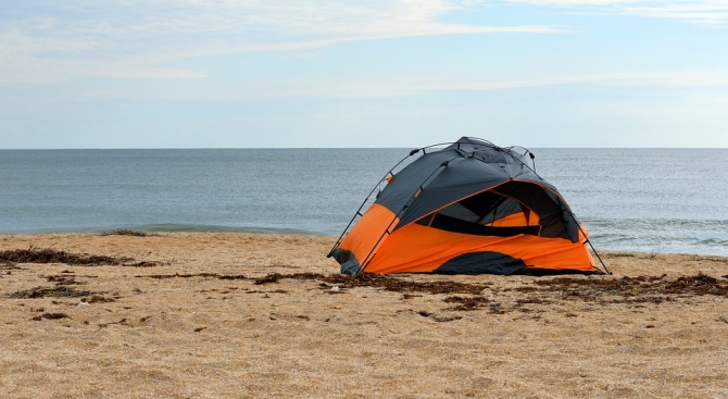 Няма да глобяват за палатки на плажа в Царево