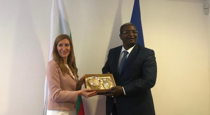Ангелкова проведе работна среща с министъра на туризма на Алжир