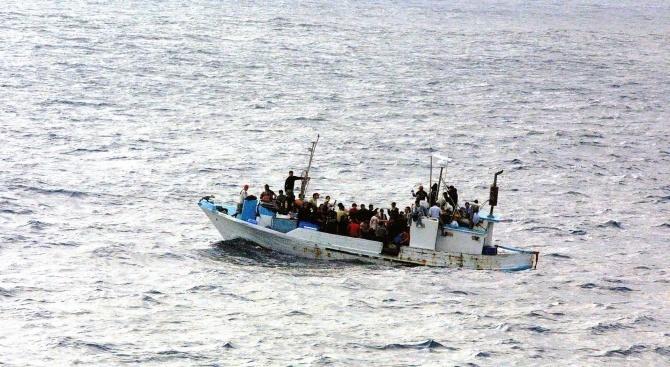 Лодка с мигранти се преобърна край Либия