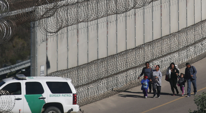Тръмп има твърдото намерение да наложи мита на мексиканските стоки, ако Мексико не се бори с нелегалната имиграция