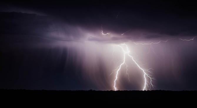 Жълт код за интензивни валежи, придружени с гръмотевици, градушки и усилване на вятъра в Западна и Централна България
