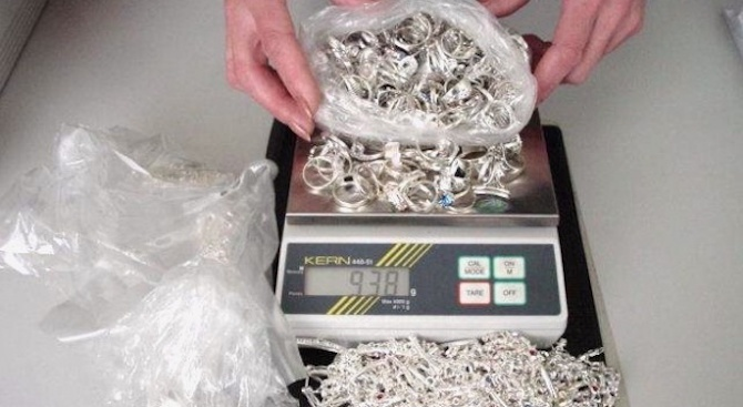 Иззеха над 7 килограма контрабандни сребърни накити