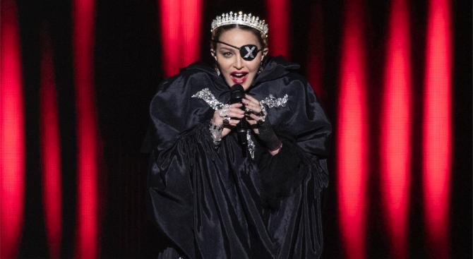 Съд разреши продажбата на сатенени гащички на Мадона и писмо, с което Тупак Шакур къса с нея