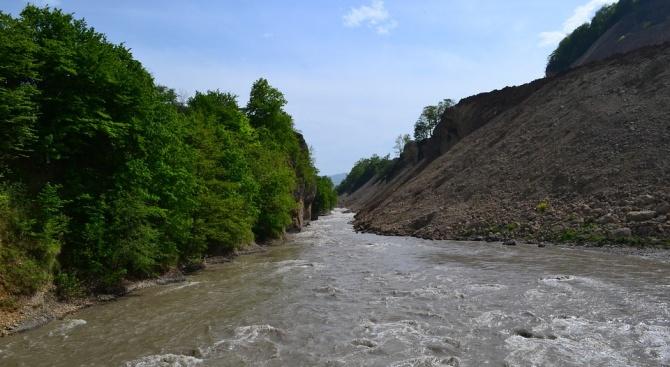 Мост се срути и повлече няколко автомобила в Кавказ