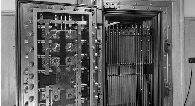 Посетител в музей отвори сейф, заключен от десетилетия